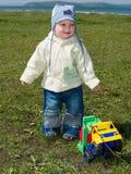 тележка игрушки мальчика счастливая играя стоковое изображение rf