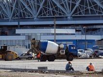 Тележка конкретного смесителя на дороге под конструкцией Стоковая Фотография