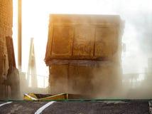 Тележка нагруженная с зерном льет зерно от тела на заводе по обработке, разгржает мозоль стоковая фотография