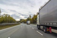 Тележка на дороге скоростного шоссе, концепции транспорта груза Стоковое Изображение
