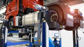 Тележка на подъеме в обслуживание автомобиля сток-видео