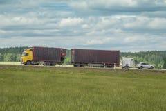 Тележка на сельском шоссе Стоковые Изображения