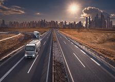 Тележка на скоростном шоссе с современным горизонтом в предпосылке стоковые фотографии rf