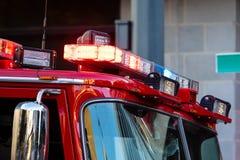 Тележка пожарного вверх закрывает с сиренами стоковая фотография rf