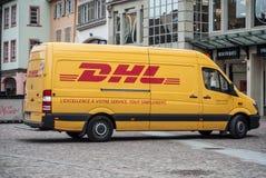 Тележка поставки припаркованная в улице, DHL DHL компания обеспечивая международные обслуживания поставки Стоковое Изображение