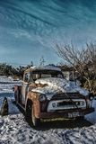 Тележка развязности старая после снега стоковая фотография rf