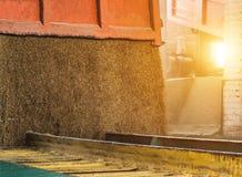 Тележка разгржает зерно на хранение зерна и завод по обработке, мозоль, трейлер, разгржает зерно, конец вверх стоковые изображения