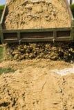 Тележка сбрасывает свою нагрузку песка Стоковое Изображение