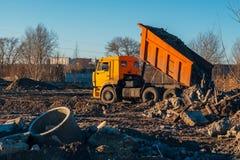 Тележка свалки мусора разгружая строительный мусор в место захоронения отходов стоковое изображение rf