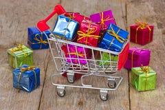 Тележка с цветастыми коробками подарка Стоковые Фотографии RF