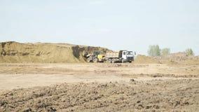 Тележка транспорта песка бульдозера нагружая на строительной площадке Строительное оборудование Песок бульдозера Crawler двигая видеоматериал