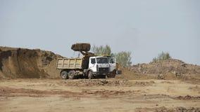 Тележка транспорта песка бульдозера нагружая на строительной площадке Строительное оборудование Песок бульдозера Crawler двигая сток-видео