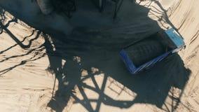 Тележка транспортирует песок на разрабатывая карьер место акции видеоматериалы