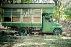 Тележка туриста покинутая в древесинах Старый разрушенный автомобиль в передней части стоковые фотографии rf