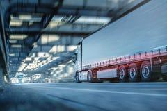 Тележка управляя на дороге через промышленный тоннель стиля стоковое фото rf