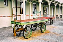Тележки багажа на депо поезда Стоковое Фото