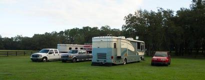 Тележки приемистости с трейлерами лошади и дом на колесах припарковали внутри paddock в Флориде Стоковые Фотографии RF
