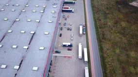 Тележки управляют к центру снабжения Воздушная съемка / Зона загрузки здания хранения где много тележек нагружают разгржающ Merc акции видеоматериалы