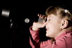 телескоп девушки стоковое изображение rf