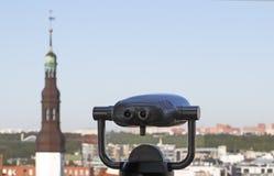 телескоп к взгляду городка Стоковые Фотографии RF