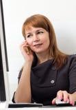 телефонированная женщина Стоковые Фото