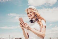 Телефонируйте earph радиотелеграфа улицы хобби городского стиля стильное chill Стоковые Изображения