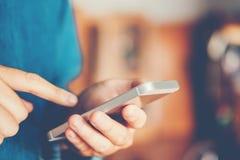Телефонное сообщение человека печатая на социальной сети стоковая фотография rf