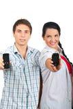 телефоны жизнерадостных пар передвижные предлагая Стоковые Фотографии RF