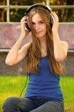телефоны девушки головные Стоковая Фотография