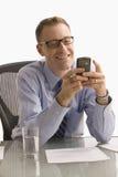 телефон бизнесмена изолированный клеткой texting Стоковые Изображения RF