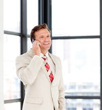 телефон бизнесмена счастливый возмужалый Стоковая Фотография RF