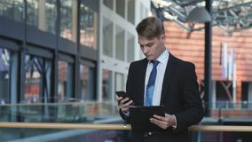 телефон бизнесмена сток-видео