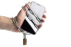 Телефон в цепи обернутой рукой стоковая фотография