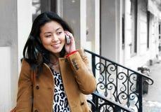 телефон девушки говорит Стоковое Фото