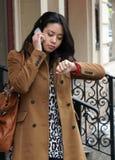 телефон девушки говорит Стоковые Фотографии RF