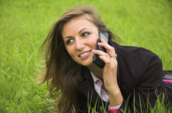 телефон девушки говорит Стоковые Изображения RF