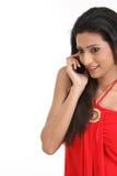 телефон девушки клетки индийский подростковый Стоковая Фотография