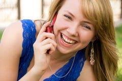 телефон девушки клетки смеясь над Стоковая Фотография