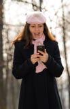 телефон девушки напольный милый Стоковые Фото