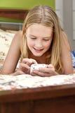 телефон девушки texting Стоковые Изображения RF