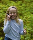 телефон девушки thumbs вверх стоковые фото