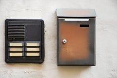 Телефон диктора на держателе и почтовом ящике стены на доме Стоковые Изображения RF