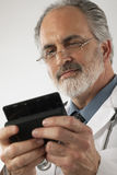 телефон доктора клетки texting Стоковое фото RF