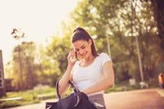 Телефон женщины спорта говоря Стоковые Фото