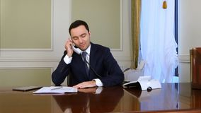 Телефон заботливого бизнесмена думая и отвечая назеиной линии Стоковое фото RF