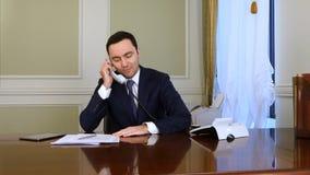Телефон заботливого бизнесмена думая и отвечая назеиной линии Стоковая Фотография RF