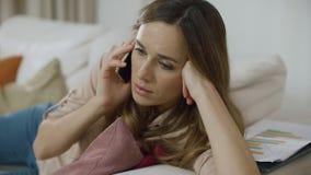 Телефон звонка молодой женщины дома Портрет мобильного телефона взрослой женщины говоря сток-видео
