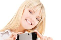 телефон камеры счастливый используя женщину Стоковые Изображения