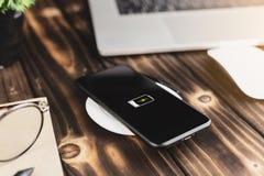 Телефон крупного плана поручая на беспроволочном приборе заряжателя стоковые фото