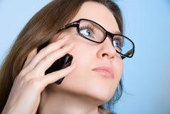 телефон мечтая девушки Стоковая Фотография RF